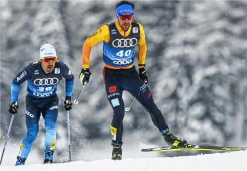 """Der Traunsteiner Jonas Dobler (rechts) schaffte mit Platz zwölf in Toblach die """"halbe"""" WM-Norm. Foto DPA/Gian Ehrenzeller"""
