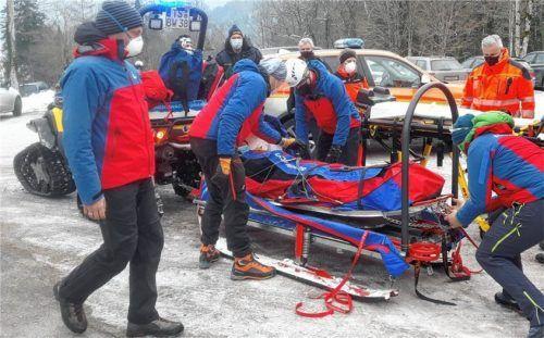 Die Bergwacht übergibt den Verletzten an den Rettungsdienst. Fotos Bergwacht