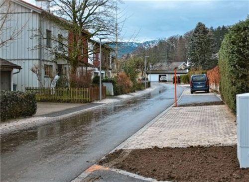 Die erneuerte Otto-Kögl-Straße in Siegsdorf. Der Fahrweg ist schmaler, ein Drittel der Verkehrsfläche wurde entsiegelt. Kleine Grüninseln unterbrechen die Parkstreifen. Foto Krammer
