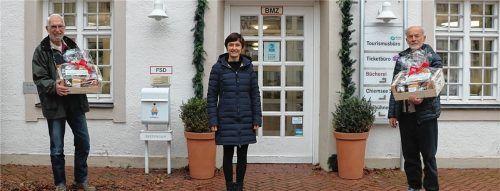 Die Geschäftsführerin der Prien Marketing GmbH, Andrea Hübner (Mitte), bedankte sich mit Präsentkörben bei (von links) Claus Linke und Gerhard Märkl, die ehrenamtlich eine einheitlichen Wander- und Freizeitkartografie erstellt haben. Foto Prien Marketing GmbH