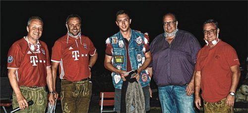 Die Initiatoren – Albert und Martin Stahuber sowie Harald Michel und Uli Burggraf (von links) – hier mit Turniersieger Patrick Miller (Mitte) – haben alles daran gesetzt, das Turnier trotz der Corona-Pandemie im Sommer durchführen zu können.Foto re