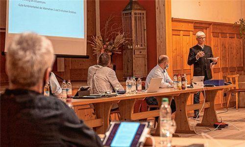 Dr. Hans-Jürgen Eisele (stehend) stellte dem Gemeinderat sein Konzept des Moorbadehauses für Bad Feilnbach vor. Foto  Kriechbaumer