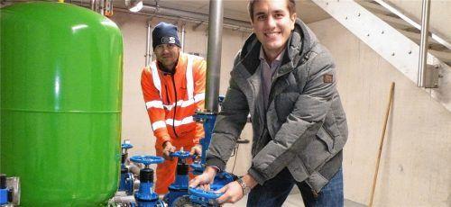 Drehten symbolisch für die fertiggestellte Wasserversorgung West-Brand am Rad: Bürgermeister Justus Pfeifer (vorne) und Wassermeister Franz Astner. Foto Schick