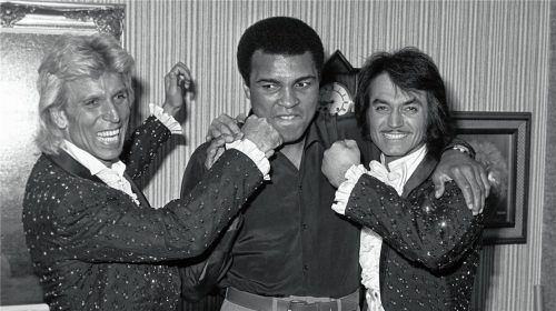"""Drei Sport- und Showgrößen vereint: Siegfried Fischbacher und Roy Horn posieren im September 1980 mit Box-Champion Muhammad Ali im """"Stardust"""" in Las Vegas. Foto dpa"""
