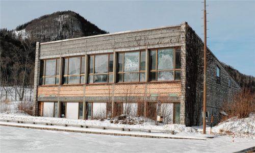 Ein Ersatz für die in die Jahre gekommene Aschauer Sporthalle soll her. Doch noch immer ist kein Beschluss für einen Neubau gefallen. Foto Rehberg