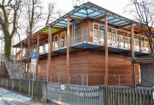 Ein Holzbau in der Stadt: Die Mensa des Rosenheimer Ignaz-Günther-Gymnasiums besteht zum Großteil aus Holz. Fotos Schlecker/privat