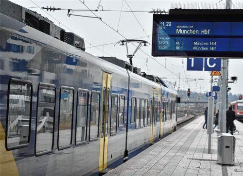 Ein Meridian wartet am Rosenheimer Bahnhof auf seine Abfahrt nach München. Insbesondere in den Morgenstunden ist es für Pendler oft schwer, den Anschlusszug zu erreichen.Foto Schlecker