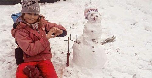 Elena Gärtner mit ihrem Schneemann neben dem Grab ihrer Uroma auf dem Bad Aiblinger Friedhof. Foto  re