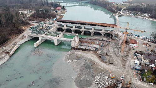 Es ist eine der größten Baustellen im Landkreis: Das Jettenbacher Wehr. Der Kanalbetreiber Verbund nutzt die Niedrigwasserphase, um die Wehrfelder an der Wehranlage fertigzu- stellen. Foto  Stuffer
