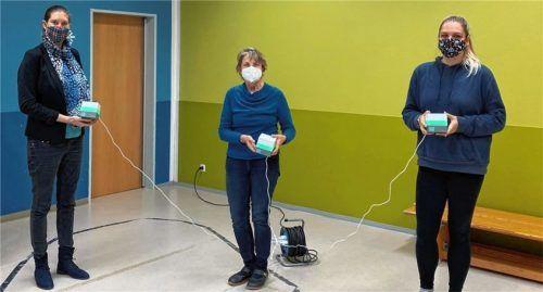 Freuen sich über die neuen CO2-Messgeräte fürs Kinderhaus Eichet: Bürgermeisterin Irene Biebl-Daiber, Kinderhausleiterin Martina Lackerschmid-Schenk und Erzieherin Amelie Brandt (von links). Foto re