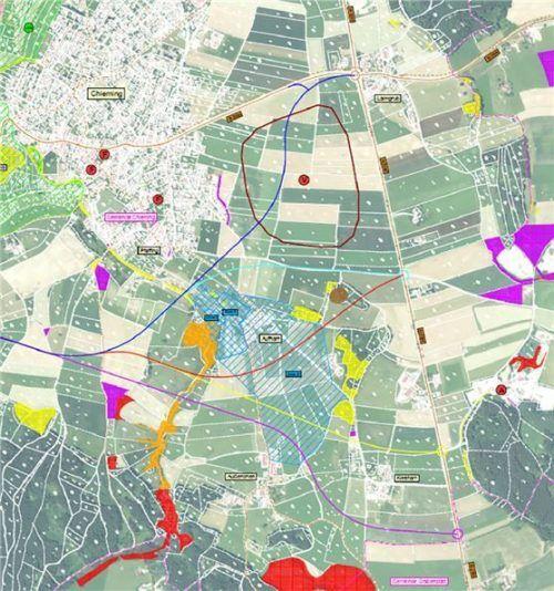 Fünf Trassen waren im Gespräch, wobei die hellblau dargestellte zuletzt favorisiert wurde. Gemeinde Chieming
