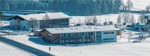 Für rund 25000 Euro konnten dank der Paula-Schamberger-Stiftung auch Spielgeräte beim Kindergarten-Neubau (vorne) angeschafft werden. Foto Nitzsche