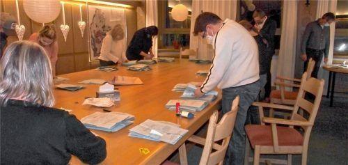 Gemäß der Hygienevorschriften zählten die Wahlhelfer im Abstand und mit Maske im Sitzungssaal aus. Fotos Riedl