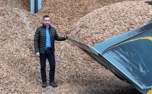 Hackschnitzel, wohin das Auge reicht: Wolfgang Wimmer, Geschäftsführer des Biomassehofs Achental in Grassau, vor einem Frontlader inmitten eines Hackschnitzellagers. Damit beliefert er eine wachsende Zahl an Gemeinden im Chiemgau, die Kommune, Bürger und Gewerbe mit erneuerbaren Energien beheizen. Foto re