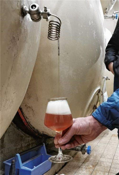 Im feinen Strahl fließt das Bier in das Glas. Der spiralförmige Auslass vermindert die Schaumbildung.
