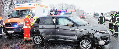 In die Leitplanke schleuderte dieser Land Rover aufgrund von Schneeglätte auf der Autobahn A8 bei Raubling. Die35 Jahre alte Frau und ihr 45 Jahre alter Beifahrer wurden durch den Aufprall leicht verletzt.Foto Reisner