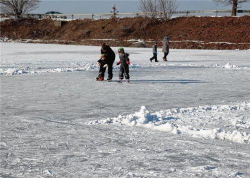 Auf dem Kettenhamer Weiher bei Griesstätt ist das Eislaufen schon möglich. Dennoch trägt der Weiher nicht überall.Foto albersinger