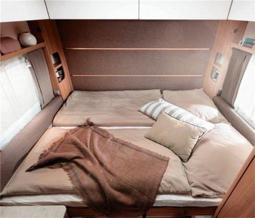 Komfortabel und platzsparend: das Klappbett ist im Heck verstaut und kann über den Tisch und die beiden Bänke ausgeklappt werden. Foto Auto-Medienportal.Net/LMC