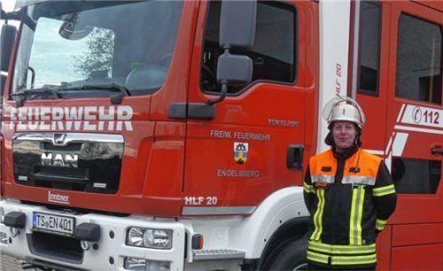 Kommandant Georg Wimmer ist stolz auf das neue Feuerwehrfahrzeug. Foto RE