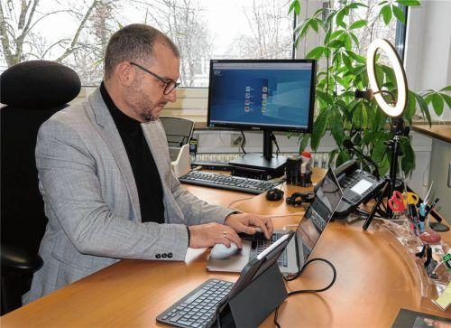 Längst Alltag an der Wilhelm-Leibl-Realschule: Direktor Matthias Wabner bereitet eine Videokonferenz vor. Foto  Baumann