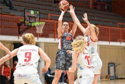 Maggie Mulligan kommt hier gleich gegen mehrere Osnabrücker Spielerinnen zum Abschluss. Sie erzielte insgesamt 24 Punkte.Foto sportphoto Paetzel