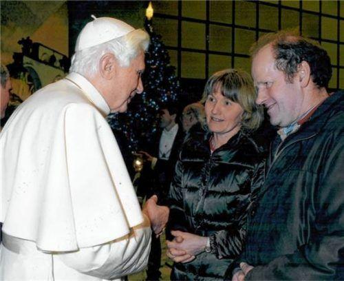 Marlene und Martin Schmidmaier mit dem damaligen Papst Benedikt XVI., Enkel der früheren Bäckereibesitzer. Foto Privat