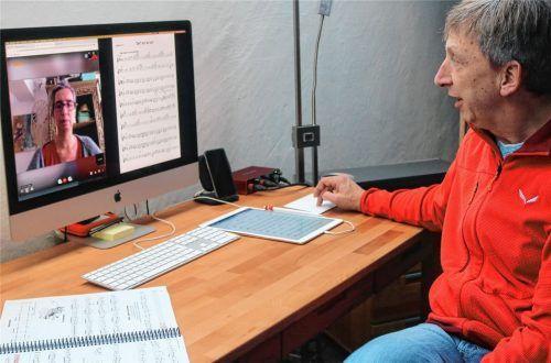 Musikunterricht per Online-Dienst: Schulleiter Günther Obermeier checkt vor der Stunde mit seiner Kollegin Ricarda Kinnen, ob die Video-Übertragung funktioniert. Foto Riediger
