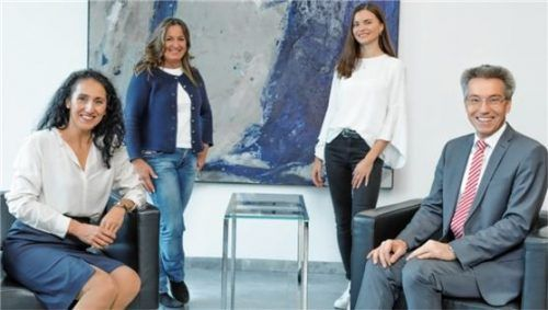 """Neue Doppelspitze: Christine Domek-Rußwurm (links), Vorsitzende des Vereins """"Aktion für das Leben"""", und Landrat Otto Lederer begrüßen Maria Heinrich (hinten rechts), die nun gemeinsam mit Manuela Damköhler die Geschäftsführung bildet. Foto RE."""