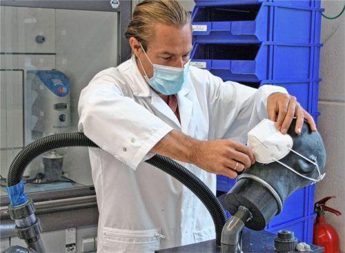 Prüfingenieur Christian Neudecker vom ift-Institut aus Rosenheim beim Testen der Luftdurchlässigkeit einer Maske. Foto ift