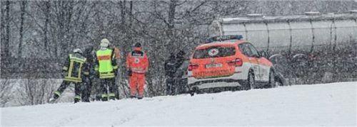 Rettungskräfte auf der Wiese, auf die der 60-Jährige gefahren war. Für den Ford-Fahrer kam jede Hilfe zu spät. Foto Barth