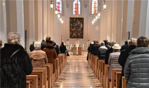 Rund 80 Personen nehmen in der Rosenheimer St.-Nikolaus-Kirche Abschied vom verstorbenen Magier Siegfried Fischbacher.