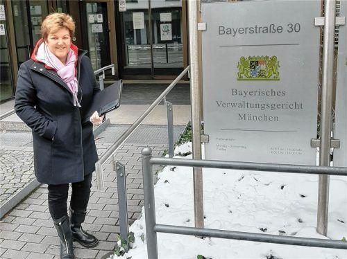 Sabine Balletshofer vor dem Verwaltungsgericht in München. Dort ist sie ehrenamtlich als Schöffin tätig. Foto re