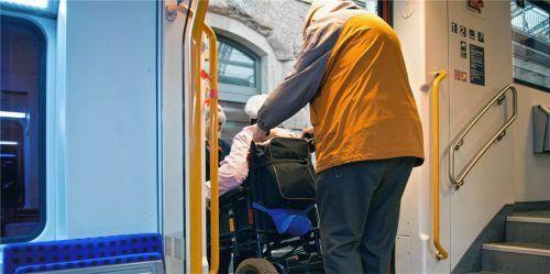 Senioren tun sich aufgrund körperlicher Einschränkungen oft schwer mit den öffentlichen Verkehrsmitteln. Auch Menschen mit Behinderungen jüngeren Alters benötigen Barrierefreiheit. Ein Thema, das die Beauftragten im Landkreis für betagte Menschen und Bürger mit Beeinträchtigungen gemeinsam haben. Foto DPA/Arno Burgi