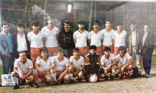 So fing es an: das Mannschaftsfoto des FC Türkspor aus dem Jahr 1987. Damals trat der frisch gegründete Verein in der C-Klasse an, wo es manchmal hoch her ging bei Auswärtsspielen. Ali Cakar ist der Zweite von links hinten.Fotos  Cakar