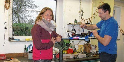 Staffelweltmeisterin Vanessa Hinz in Fortners Werkstatt, wo sich Meister Thomas Wünn um den Service kümmert.