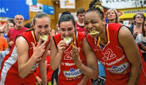 Svenja Brunckhorst (links) zeigt es an: Die Meisterschaft 2015 war ihre dritte in Folge mit dem TSV Wasserburg. Rechts Emma Cannon und Nicole Romeo (Mitte). Foto Brei