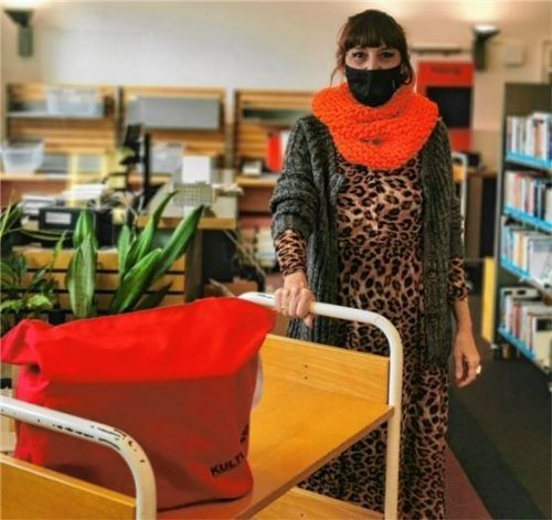Über den Bücherwagen – hier mit Bibliotheksmitarbeiterin Petra Lausecker – ist die kontaktlose Abholung der Medien möglich. Foto Stadtbibliothek Rosenheim