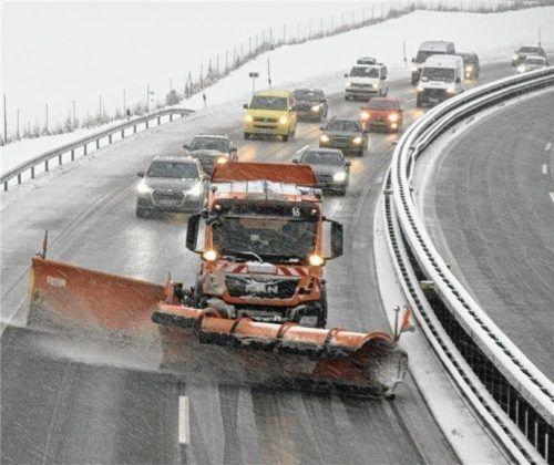 Über sieben Meter breit sind die Räumfahrzeuge des Winterdienstes. Überholen ist nicht erlaubt, trotzdem passiert es und hat zum Teil Unfälle zur Folge. Foto Berschl