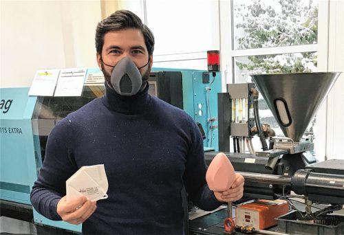 Unternehmer Gregor Jell aus Bernau mit wiederverwendbaren Alltagsmasken aus Biokunststoff, die seine Mitarbeiter derzeit in Waldkraiburg herstellen. Links hält er eine Einweg-FFP2-Maske, die er momentan nur vertreibt. So schnell es geht, will er selbst mehrfach nutzbare FFP2-Masken aus seinem Bio-Material produzieren. Foto re