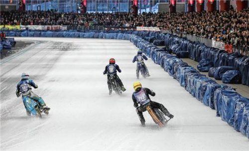 Wann kann er sich mal wieder so heiße Positionskämpfe mit seinen Konkurrenten liefern wie hier? Luca Bauer (links, Nr. 18) weiß es nicht – aber er will gut vorbereitet sein und trainiert derzeit in Schweden. Foto Weitz