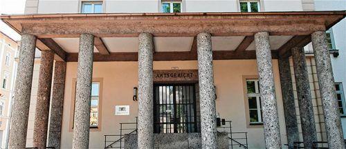 Vor dem Amtsgericht Rosenheim trafen sich die ehemaligen Sandkastenfreunde wieder – als Angeklagter und Nebenkläger. Foto Herz
