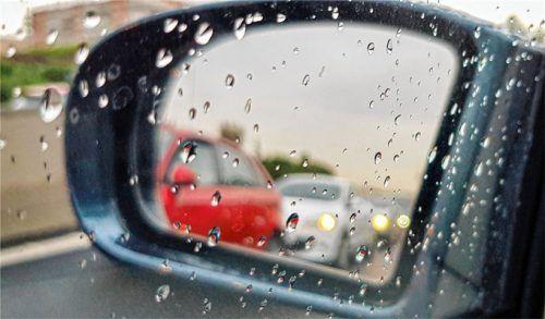 Bei Gewitter gilt noch mehr als sonst: immer vorausschauend und bremsbereit fahren.