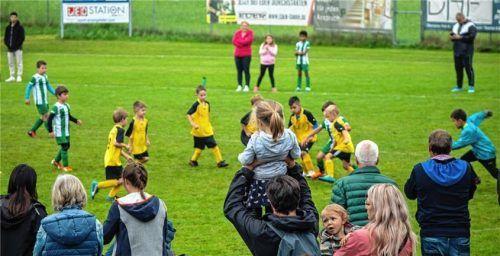 44 Jugendmannschaften wetteiferten beim Auto-Eder-Cup auf dem Sportplatz des SV Ostermünchen um Tore. Foto  Stache