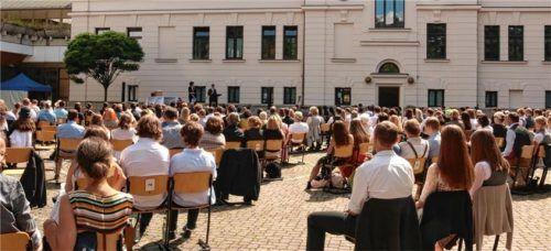 Abschied mit Abstand: die Abiturienten des Ignaz-Günther-Gymnasiums bei der Abschlussfeier im Schulhof. Foto re