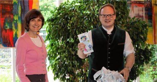 Andrea Hübner, die Geschäftsführerin der Prien Marketing GmbH, und Bürgermeister Andreas Friedrich ziehen die ersten Gewinner. Foto prien marketing gmbh