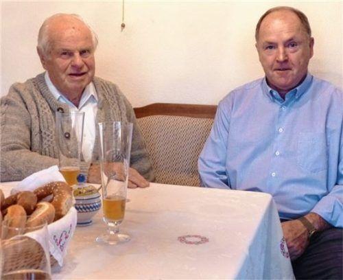 Auch Bürgermeister Johann Ziegleder gratulierte Willi Altmann (links) zum 90. Geburtstag. Foto Re