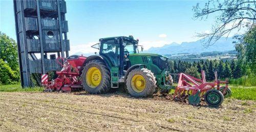 Auch in Nachbarschaft zum Aussichtsturm an der Ratzingerhöhe bei Rimsting hat der Maschinenring per Traktor das Saatgut für einen Blühstreifen ausgebracht. Foto Hötzelsperger