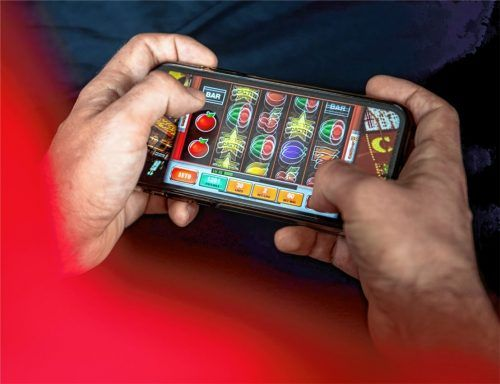 Auf dem Handy oder Computer: Seit der Pandemie verlagert sich das Glücksspiel viel mehr auf Online-Formate wie digitale Spielautomaten, Sportwetten und Slots.Fotos re/dpa