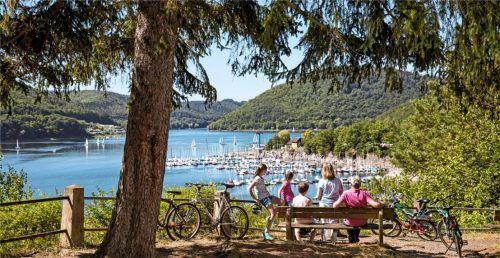 Auf Radtouren lässt sich die weitläufige Naturlandschaft rund um den See gut erkunden. Foto djd-k/Edersee Marketing/Katharina Jaeger