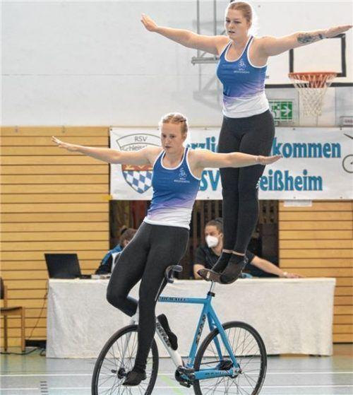 Bayerische Vize-Meisterinnen Susanne Schreuer und Elisa Hausmann beim Lenkersitz – Stattelstand. Foto  Hubert Dandl